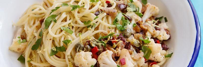 Blumenkohl-Spaghetti mit Kapern und Oliven