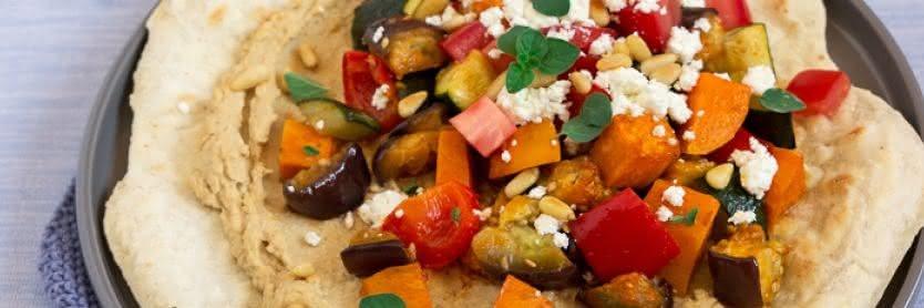 Mediterraner Fladen mit Hummus und Ofengemüse