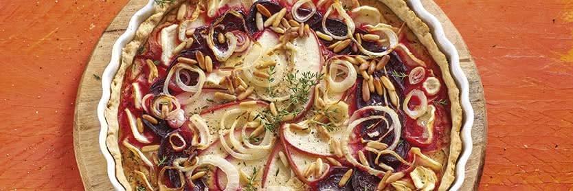 Rote-Bete-Apfel-Tarte mit Pastinaken und Pinienkernen