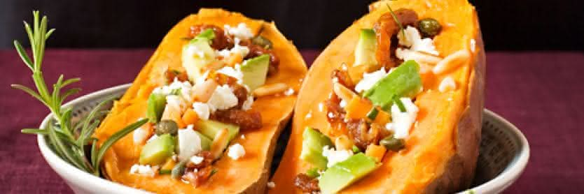 Gefüllte Süßkartoffeln mit Avocado und Feta
