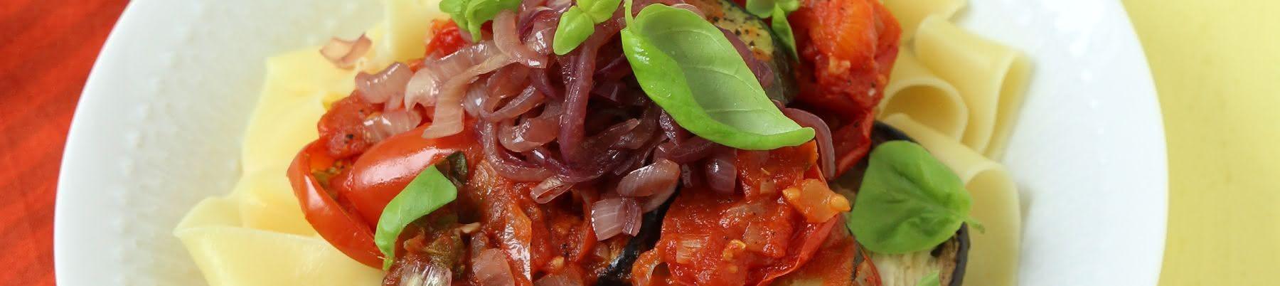 Pasta mit Ofen-Ratatouille und Portwein-Zwiebeln